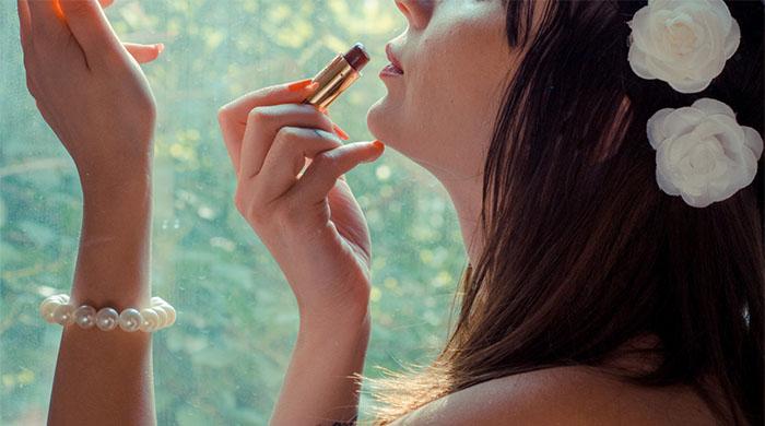 メイクで美意識を高める女性のイメージ