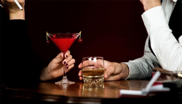バーでお酒を飲む男女の画像