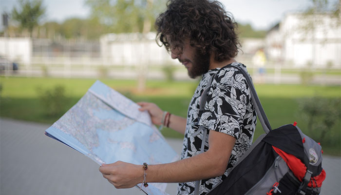 地図を広げる外国人旅行者