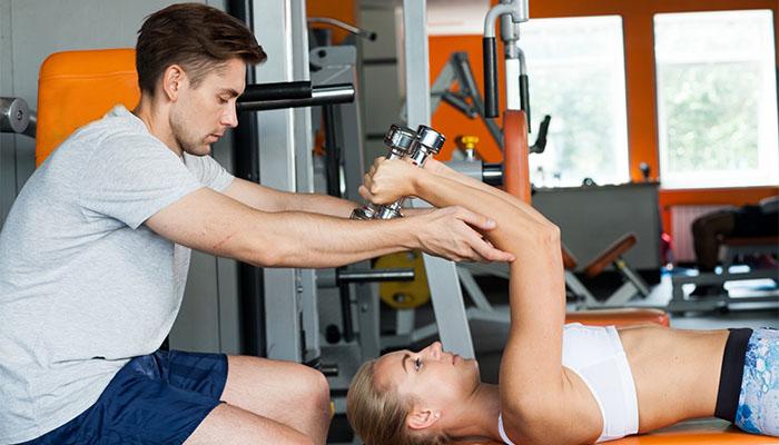 インストラクターとトレーニングする女性