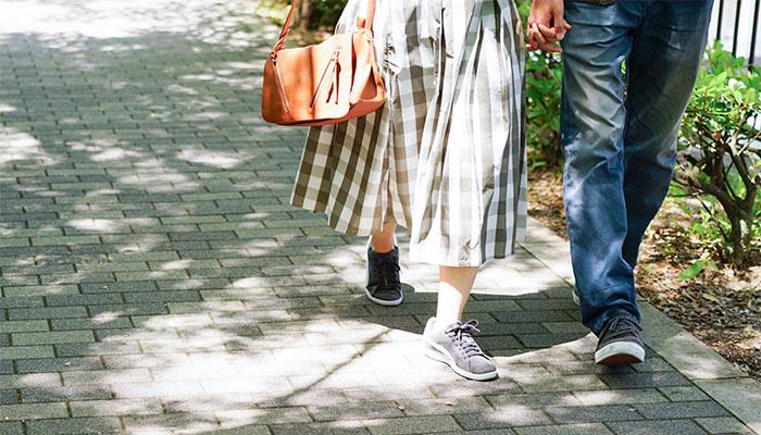 年下男子と手つなぎデートのイメージ画像