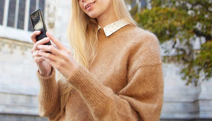 スマホでアプリを利用する女性