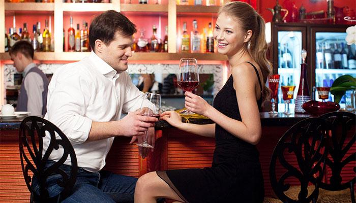 バーでデートをするカップル