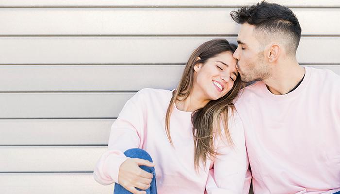 恋愛を楽しむイケメン男子と女性